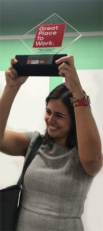 Mariana Dias, CEO da Gupy, com o prêmio GPTW