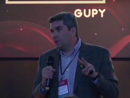 Imagem do palestrante Guilherme Portugal, sobre uma das 5 melhores palestras do HR4results