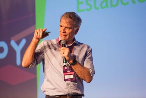 Imagem de Bernardinho palestrando no evento de rh HR4results
