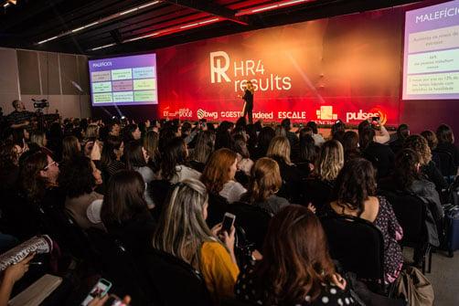 Imagem de Mariana Ferrão palestrando no evento de rh HR4results