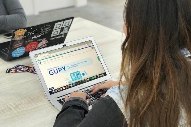 Pessoa acessando a plataforma de recrutamento e seleção Gupy