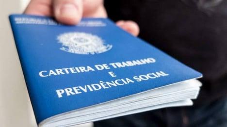 Imagem de uma carteira de trabalho, representando a admissão CLT
