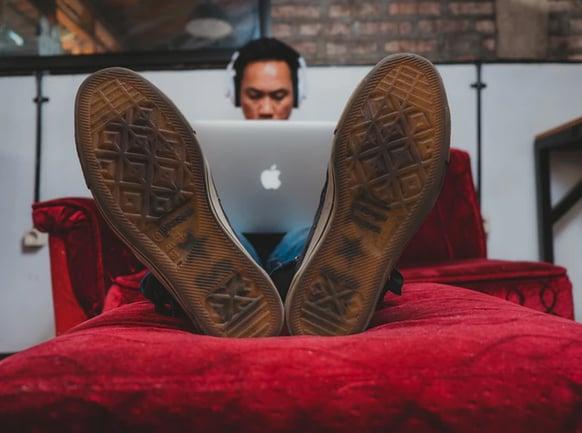 Imagem de um freelancer trabalhando, representando a admissão de colaboradores