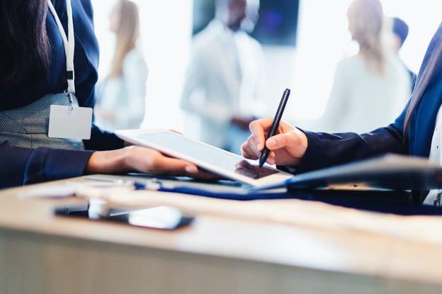 Pessoa assinando em um tablet para representar uma assinatura eletrônica