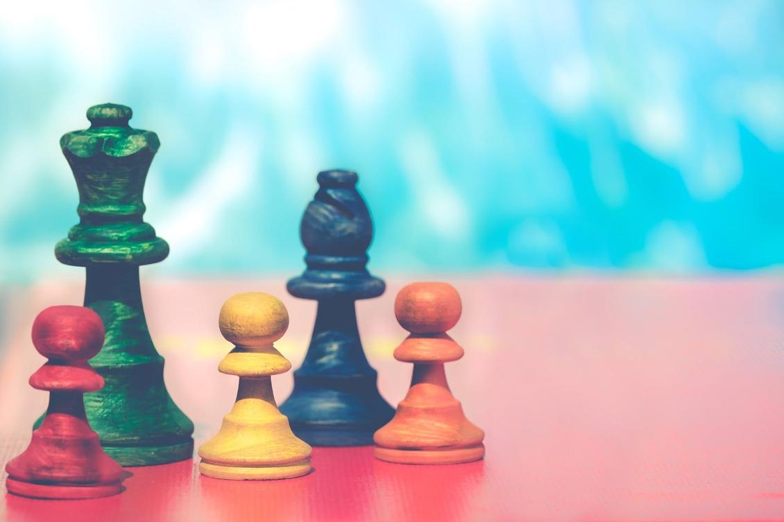 Imagem de 5 peças de xadrex representando o conceito da metodologia big five