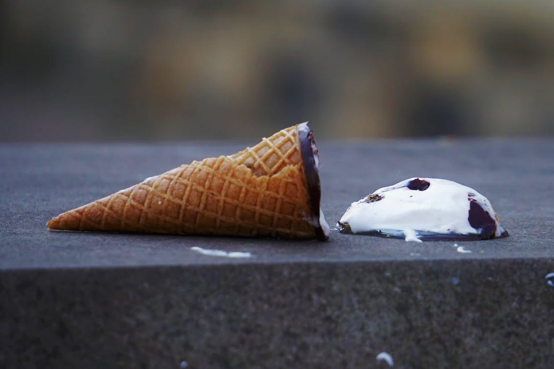 Imagem de uma casquinha de sorvete no chão, representando os erros que uma pessoa comete na descrição de cargos