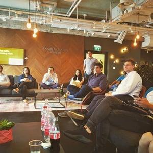 Grupo de founders dentro do Google Campus de Israel
