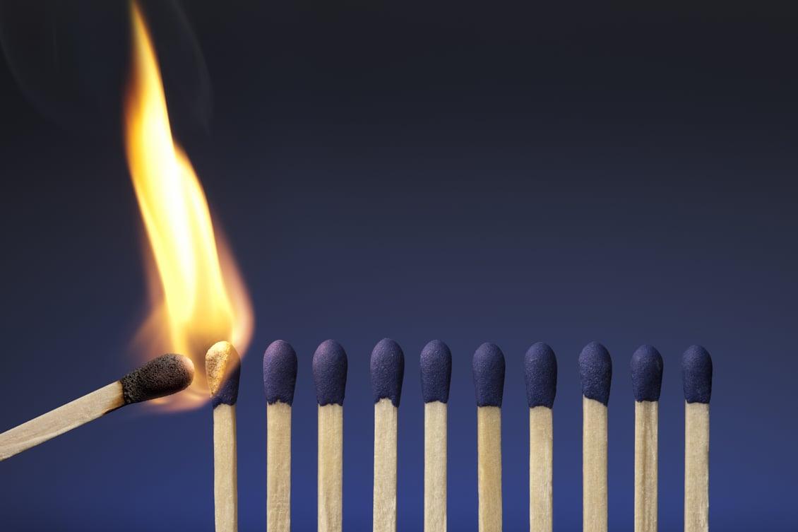 imagem de um fósforo queimando todos os outros, representando a liderança influenciando a cultura organizacional