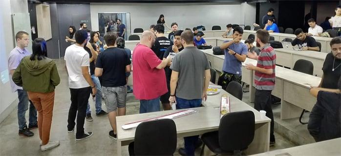 Imagem de pessoas reunidas em uma sala no meetup da Gupy