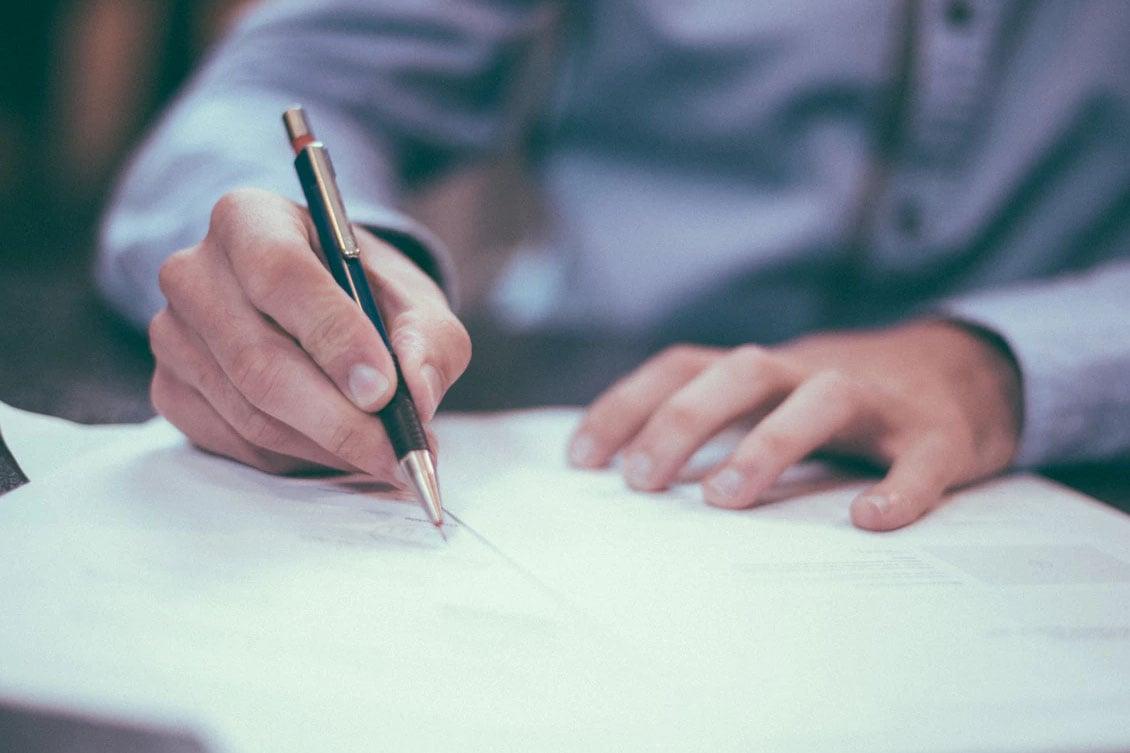 imagem de pessoa escrevendo, representando modelo de descrição de cargo