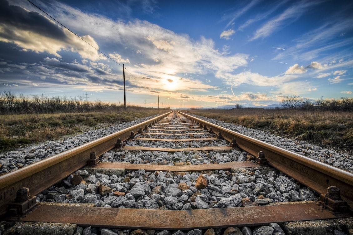 trilho de trem representando o caminho que um novo funcionário percorre ao longo do onboarding