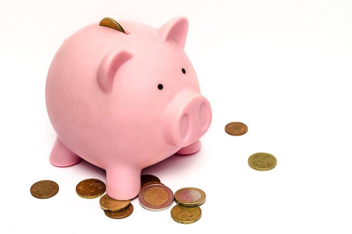 Cofre em formato de porco, representando o planejamento do orçamento do RH