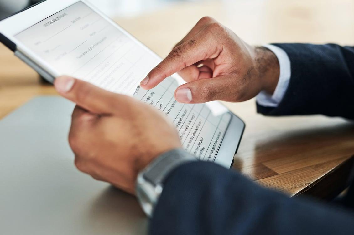 Imagem de uma pessoa segurando um questionário de avaliação de desempenho