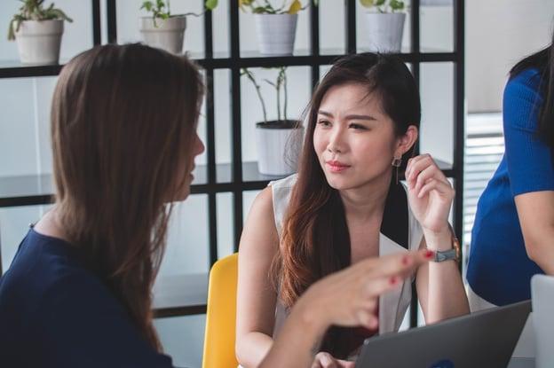 RH estratégico: duas profissionais conversando