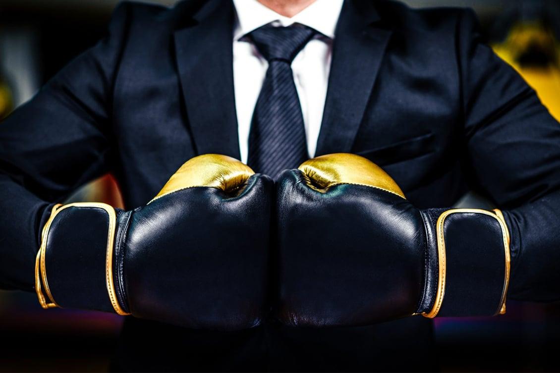 Imagem de um gestor vestindo luvas de boxe, representando o RH estratégico