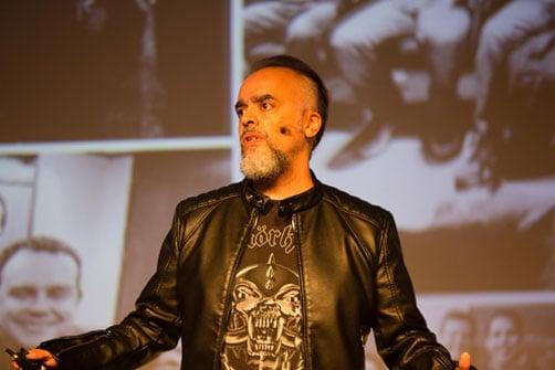 Imagem de Rodrigo Giaffredo palestrando no evento de rh HR4results