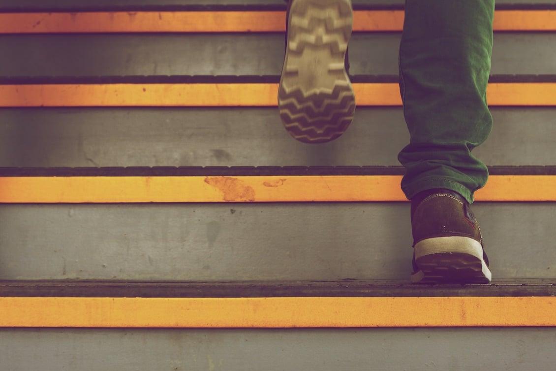 imagem de homem subindo escadas representando etapas de um processo seletivo