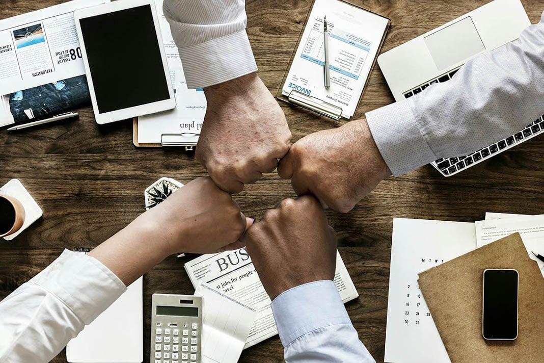 colaboradores motivados após uma reunião sobre recrutamento e seleção