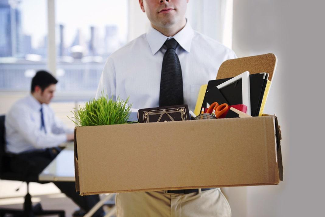 funcionário saindo da empresa com os seus pertences em um caixa, representando o turnover