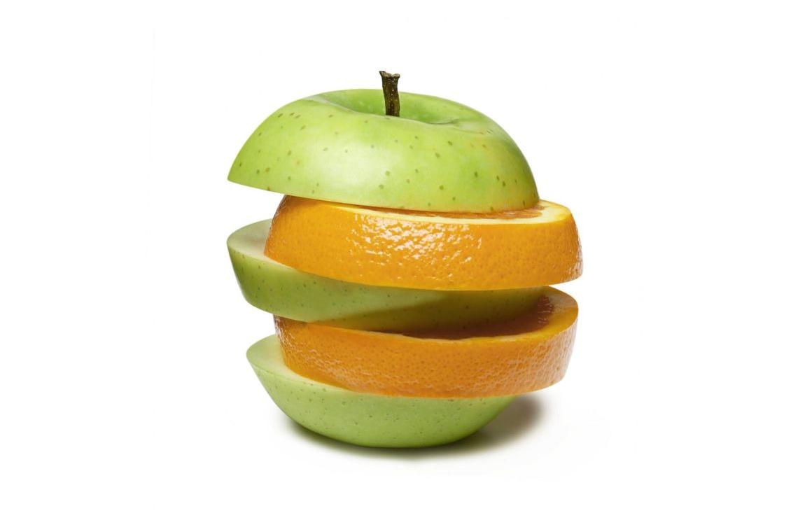 imagem de duas maçãs de tipos diferentes cortadas juntas, representando a fusão de cultura organizacional de 2 empresas