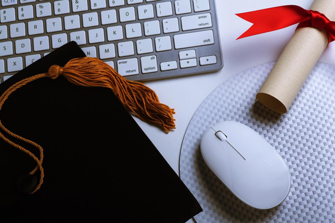 Imagem de um diploma, representando os cursos de recrutamento e seleção