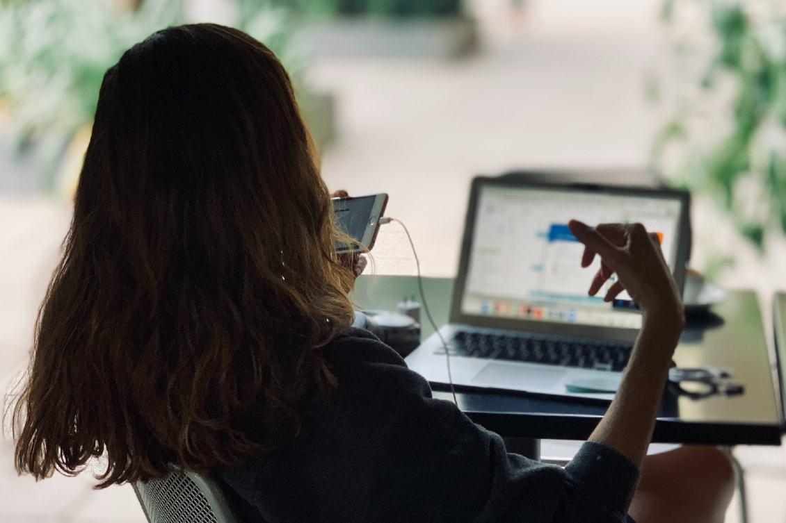 Digitalização do RH: pessoa utilizando um notebook