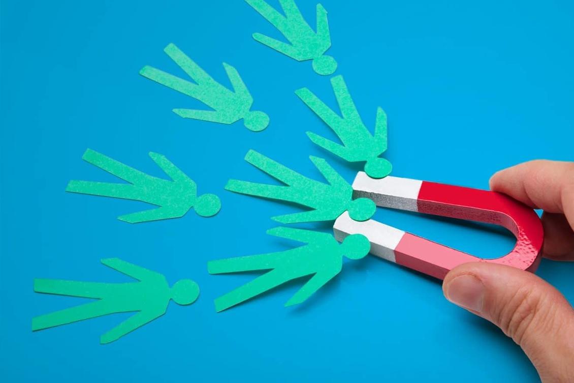 Imagem de um imã atraindo pessoas, representando as tendências de employer branding 2020